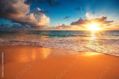 Montage in der Fensternische Ziegel Beautiful sunrise over the sea. Tropical beach.