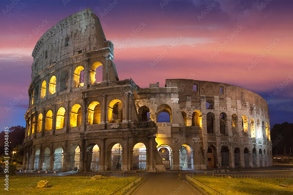 Photo  The Colosseum at sunset