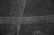 canvas print picture - Auto Reifenprofil-Spur in Asphalt eingedrückt mit Rollsplit