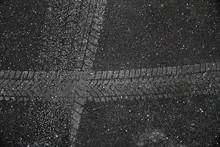 Auto Reifenprofil-Spur In Asphalt Eingedrückt Mit Rollsplit