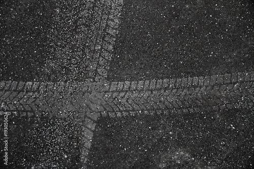 Fotografía Auto Reifenprofil-Spur in Asphalt eingedrückt mit Rollsplit