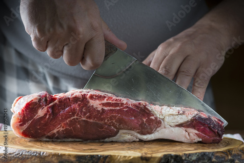 Staande foto Vlees Carnicero cortando carne de ternera para la comida