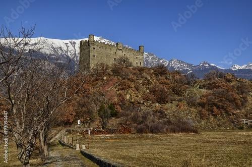 Zdjęcie XXL Ułamek Ussel z Chatillon, Valle d'Aosta, Włochy 11 lutego 2018 r. Strzał zrobiony z trzech kwartałów na lewo od zamku.