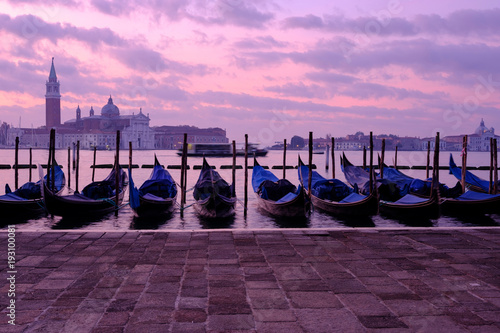 In de dag Gondolas Venice gondola city view at sunrise