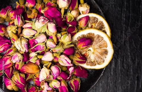 Rose tea buds on dark plate Fototapete