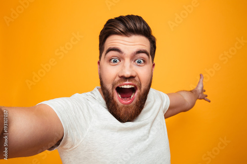 Fotografía  Portrait of a joyful bearded man taking a selfie