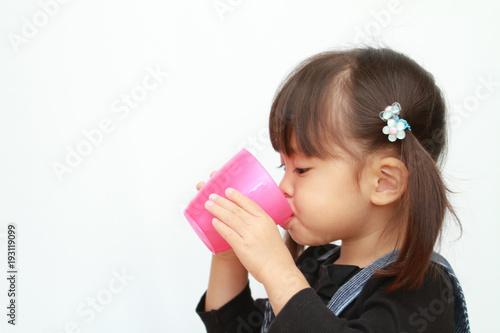 Fotografie, Obraz  飲み物を飲む幼児(3歳児)
