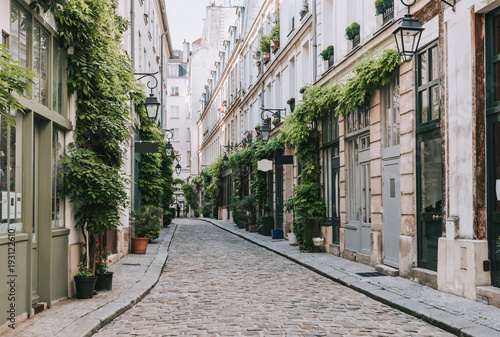 Fotomural  Cozy street in Paris, France