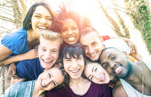 Foto  Beste Freunde, die selfie am Picknick mit hinterer Beleuchtung nehmen - glücklic