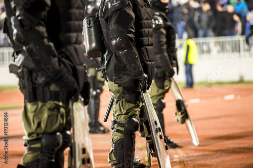 Fotografia  The police at the stadium event secure a safe match against the hooligans
