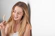 canvas print picture - Hübsche junge Frau spielt mit ihren Haaren