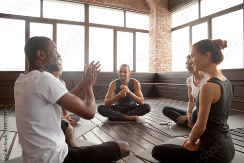Fotografía  Excited african american man talking to sporty happy diverse friends sitting on