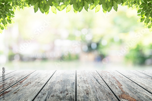 Poster Jardin Empty wooden table with party in garden background blurred.