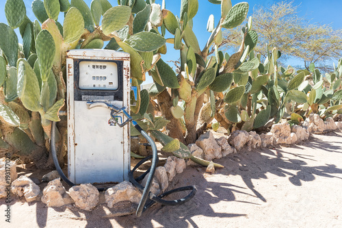 In de dag Route 66 Ancient fuel pump in Namibia desert with cactus