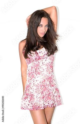 Fotografía  Modèle féminin souriant posant debout avec une robe fraîche à fleurs, été, print
