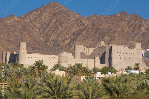 Photo sur Aluminium Fortification Ancient fort of Bahla in Oman mountainous desert