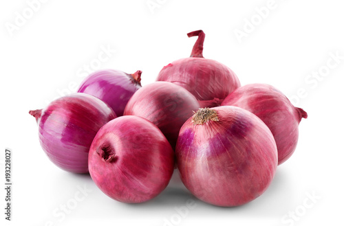 Fotomural  Red onions on white background