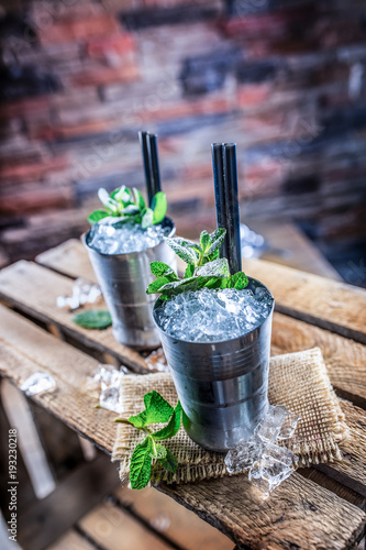 Mint julep cocktail alcoholic drink on wooden board in pub or restaurant Canvas-taulu