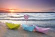 Papierboote am Strand - romantischer Sonnenuntergang