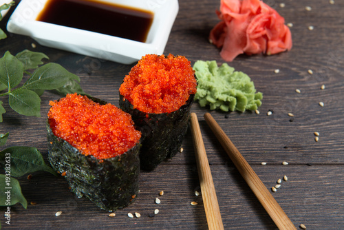 In de dag Ree Tobiko-flying fish roe sushi. Japanese rice roll with seaweed at sushi bar