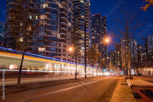 Zdjęcie XXL Nocny widok opuszczonej uliczki rowerowej z lekkim szlakiem w lewo przez tramwaj przechodzący obok w centrum Toronto