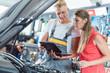 Automechaniker nimmt Wagen von Frau für den Service an