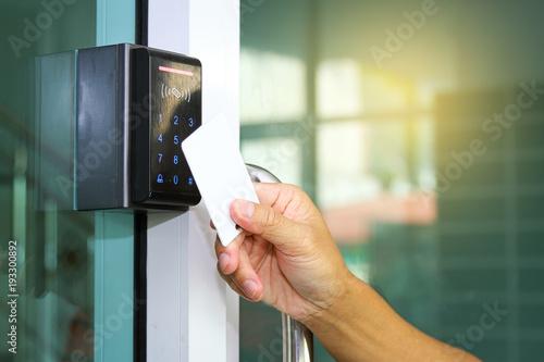 Fotografía  Close-up hand inserting keycard to lock and unlock door