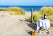 gedeckter Tisch für zwei in den Dünen am Meer