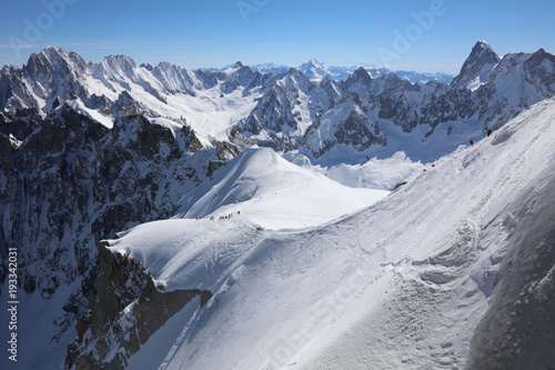 ekstremalne-tereny-narciarskie-i-alpinistyczne-blanchet-valley-w-aiguille-de-midi-3842-m-w-masywie-mont-blanc-francja
