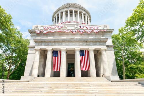 Valokuva  Grant's Tomb with Flags - New York City