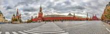 Panoramaaufnahme über Den Roten Platz In Moskau Mit Blick Auf Basilius Kathedrale, Kreml, Lenin Mausoleum Und Historisches Museum Fotofrafiert Tagsüber Bei Bewölktem Himmel Im März 2015