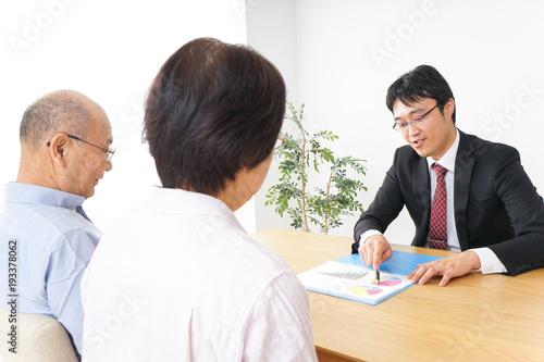 Photo 高齢者夫婦と営業マン