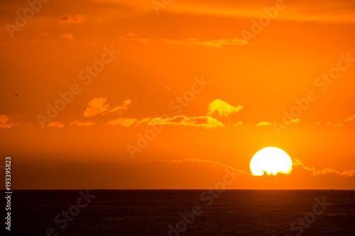 Papiers peints Orange eclat Sun Setting on the Ocean