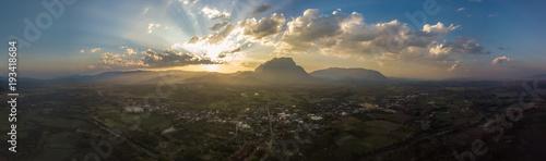 Obraz na płótnie Górski krajobraz o zachodzie słońca. Panorama piękny widok na wzgórza