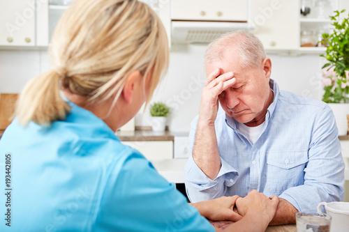 Carta da parati Krankenschwester kümmert sich um Senior