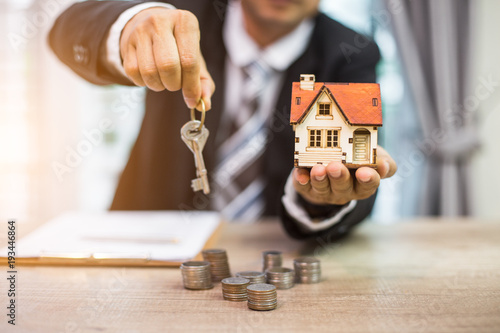 Foto  Selling home,Little house ,money