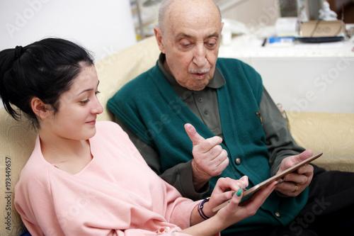 Fotografie, Obraz  Insegnare agli'anziani l'uso del tablet