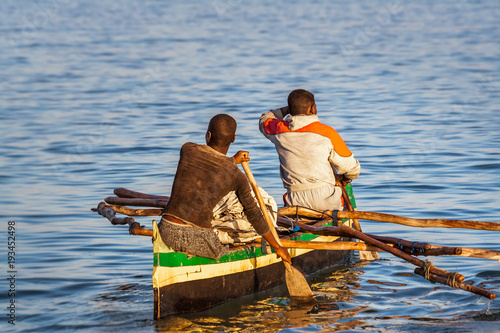 Malagasy fishermen rowing Canvas-taulu