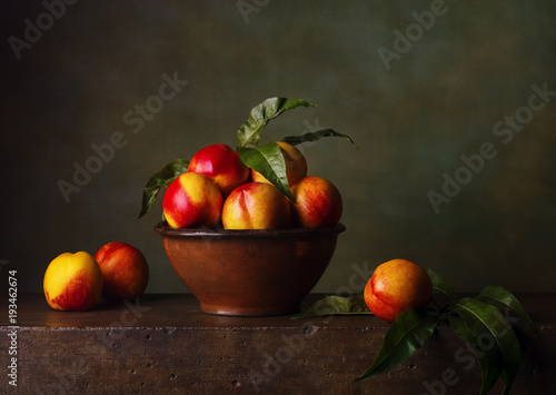 Fotografía Still life with nectarines in the bowl
