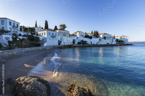 Photo View of traditional architecture in Spetses village, Greece.
