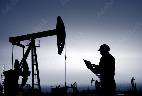 Fotografía  oil field, the oil workers are working