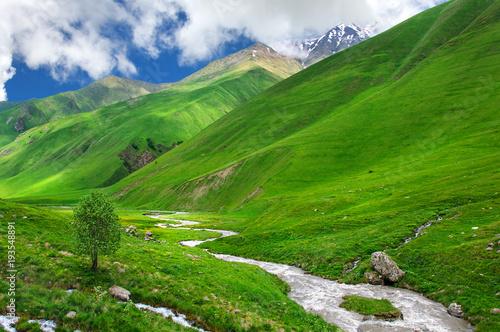 zielona-dolina-z-burzowa-rzeka-na-kaukaz-kazbegi-gruzja-swanetia