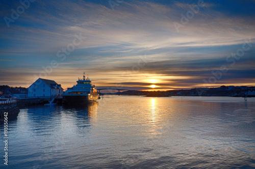 Hafen von Bronnoysund in Norwegen bei Sonnenuntergang Poster