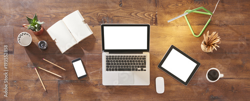 Fotografia  technological tools banner like laptop tablet and smartphone