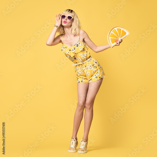 Fotomural Fashionable Blond model with Kiss Face, Trendy Sunglasses
