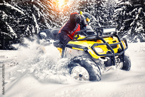 Photo sur Aluminium Motorise Winter walk on the quad bike in the forest.