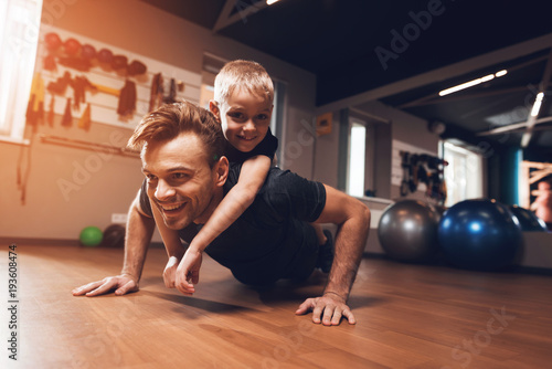 Foto auf AluDibond Fitness Father and son in the gym. Father and son spend time together and lead a healthy lifestyle.