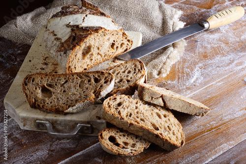 Plakat Chleb żytni ze słonecznikiem, sezamem, lnem i makiem. Pokrojony chleb