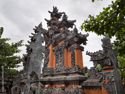Tuinposter Bali Hindu temple with statues of the gods on Bali island, Indonesia. Balinese Hindu Temple, old hindu architecture, Bali Architecture, Ancient design