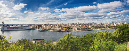 Fotobehang Havana Panorama of Havana with cruise ship moored in port
